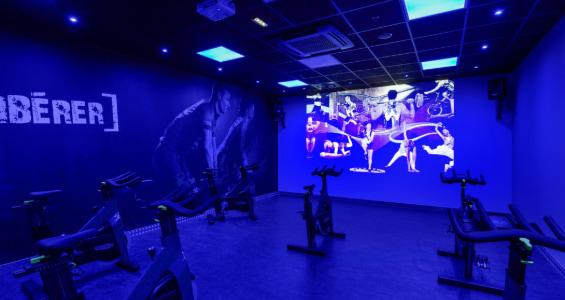 Salle de cycling en cours collectifs vidéo
